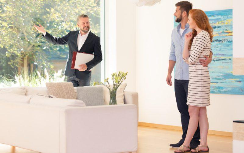 Un agent immobilier fait visiter un appartement