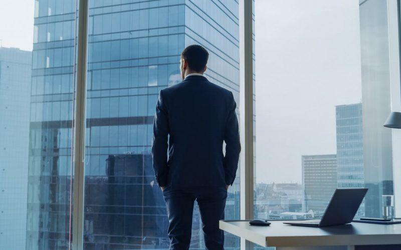 Vue d'un homme d'affaires sur un holding